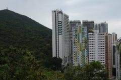 Wohn- und Bürogebäude auf den Hügeln von Hong Kong stockbilder