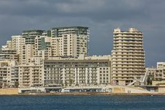 Wohn- und Gewerbegebiet an der Küstenlinie von Valletta herein stockbilder