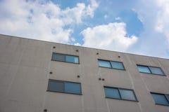 Wohnanlage gegen blauen Himmel Stockfotos