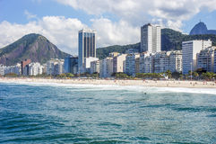 Wohnanlagen entlang Copacabana-Strand Stockfotos