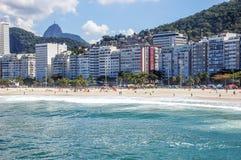 Wohnanlagen entlang Copacabana-Strand Stockbild