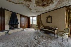 Wohnbereich mit Kamin, Couch u. Stühlen - verlassener Nevele-Erholungsort - Catskill-Berge, New York Stockfotos