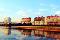 Wohnblöcke über Fluss Lizenzfreies Stockfoto