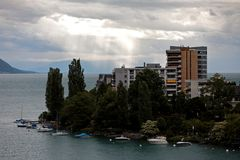 Wohnblöcke und Boote in Montreux die Schweiz Stockfotos
