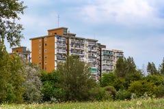 Wohnblock in der Natur Stockfotos