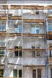 Wohnblock Fassadenfragment mit Baugerüst im Sonnenlicht Lizenzfreie Stockfotografie