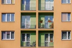 Wohnblock im vertikalen Rahmen Lizenzfreies Stockfoto