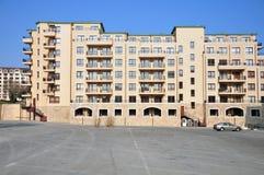 Wohnblock und Parkenplatz Lizenzfreies Stockbild