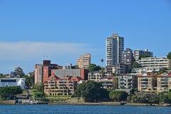 Wohneinheiten des niedrigen u. hohen Aufstieges mit Jeffrey Street Wharf auf dem links Lizenzfreie Stockbilder