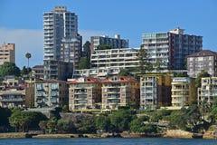 Wohneinheiten des niedrigen und hohen Aufstieges, die das Meer nahe bei Jeffrey Street Wharf gegenüberstellen Lizenzfreies Stockbild