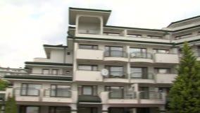Wohngebäude-Appartementkomplex Smaragd im Dorf von Ravda in Bulgarien stock video
