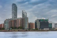 Wohngebäude in Canary Wharf in London, England Lizenzfreie Stockbilder
