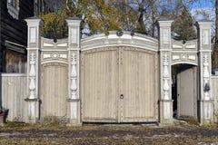 Wohngebäude des alten hölzernen Tors des letzten Jahrhunderts Lizenzfreie Stockfotografie