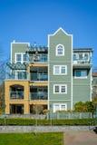 Wohngebäude des niedrigen Aufstieges auf Hintergrund des blauen Himmels Stockfotografie