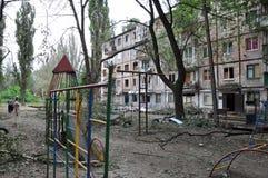Wohngebäude in einem Kriegsgebiet in der Donetsk-Region, Kharts Stockfotos