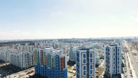 Wohngebäude in einem neuen Wohnkomplex gesamtlänge Moderner Wohnkomplex mit Neubauten stock footage