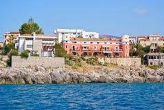 Wohngebäude entlang der Küste Stockbilder