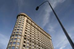 Wohngebäude gegen blauen Himmel und einen StraßenlaternePfosten Stockfotos