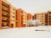 Wohngebäude gelb-orange, mit Bäumen in der Front Lizenzfreies Stockbild