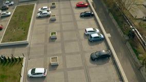 Wohngebäude mit Autoparken und Kinderspielplatz Immobilieneinspieler stock footage