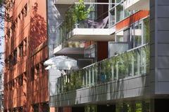 Wohngebäude mit Balkonen lizenzfreie stockfotos