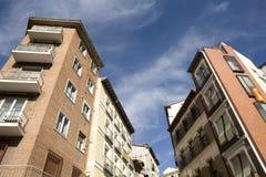 Wohngebäude mit blauem Himmel Stockfoto