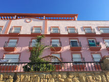 Wohngebäude mit einer rosa Fassade Stockbilder