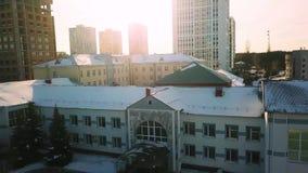 Wohngebäude oder Wohnblöcke bedeckt durch Schnee ablage Vogelperspektive über alter sowjetischer Zeitarchitektur herein stock video