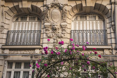 Wohngebäude in Paris Stockfotos