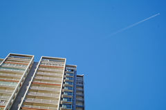 Wohngebäude und Flugzeug Lizenzfreies Stockfoto