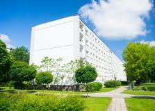 Wohngebäude und Park Stockfotografie