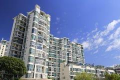 Wohngebäude unter blauem Himmel, luftgetrockneter Ziegelstein rgb Stockfotos