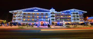 Wohngebäude verziert mit Weihnachtslichtern lizenzfreie stockbilder