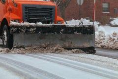 Wohngebiet-Schneepflug auf der Straße Stockfoto