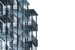 Wohngebäude mit den Balkonen lokalisiert Stockfotografie