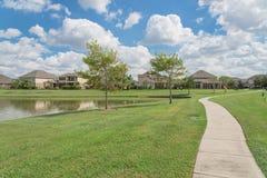 Wohnhäuser durch den See in Pearland, Texas, USA Stockfotografie