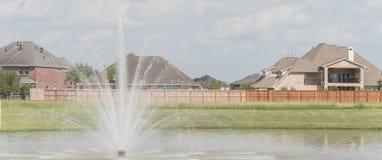 Wohnhäuser durch den See in Pearland, Texas, USA Lizenzfreie Stockfotos