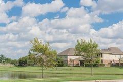 Wohnhäuser durch den See in Pearland, Texas, USA Lizenzfreie Stockbilder