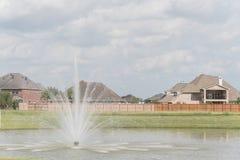 Wohnhäuser durch den See in Pearland, Texas, USA Lizenzfreies Stockfoto
