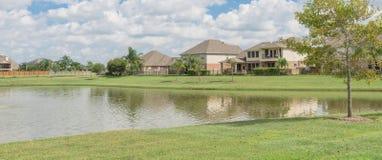 Wohnhäuser durch den See in Pearland, Texas, USA Stockbilder