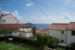 Wohnhäuser mit Ansicht auf alte Stadt von Dubrovnik, Kroatien Lizenzfreie Stockfotos