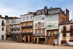 Wohnhäuser am Stadtplatz in Viveiro Stockbild