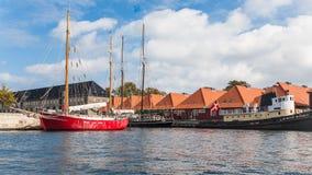 Wohnhäuser und Segelschiffe in Kopenhagen Stockfoto