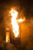 Wohnheim auf Feuer Stockfoto
