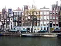Wohnheime und Boote in Amsterdam stockbilder