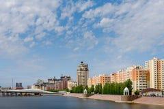 Wohnkomplex auf dem Damm in Astana lizenzfreie stockbilder