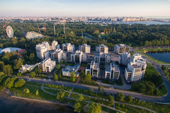 Wohnkomplex im Park bei dem Sonnenuntergang Lizenzfreie Stockbilder