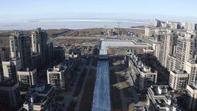 Wohnkomplex mehr mit Gebäuden auf dem Recht und der linken Seite des Matisov-Kanals stock video