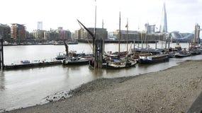 Wohnlastkähne auf Themse Stockbild