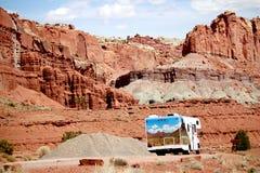 Wohnmobil RV, das durch rote Felsen in Utah reist lizenzfreie stockfotografie